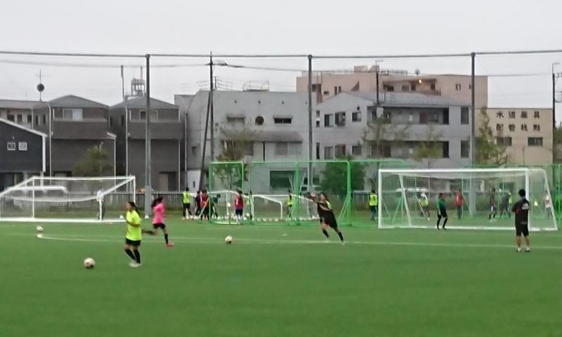 完成した人工芝グラウンドで練習に励む女子サッカー部